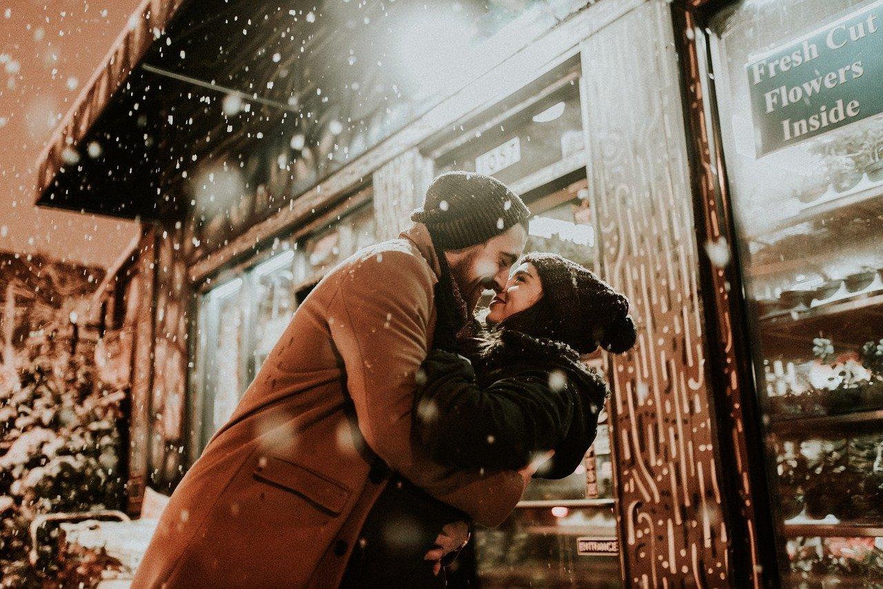 Miłość na odległość jest ogromnym wyzwaniem dla obu stron. Taki związek wymaga troski i pielęgnowania wzajemnych relacji, aby miał szansę na powodzenie.