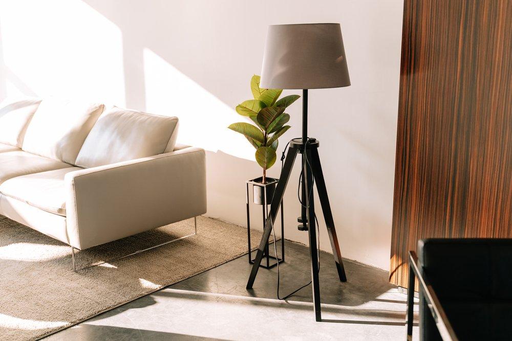 Jakie lampy podłogowe będą pasować do pokoju chłopaka?