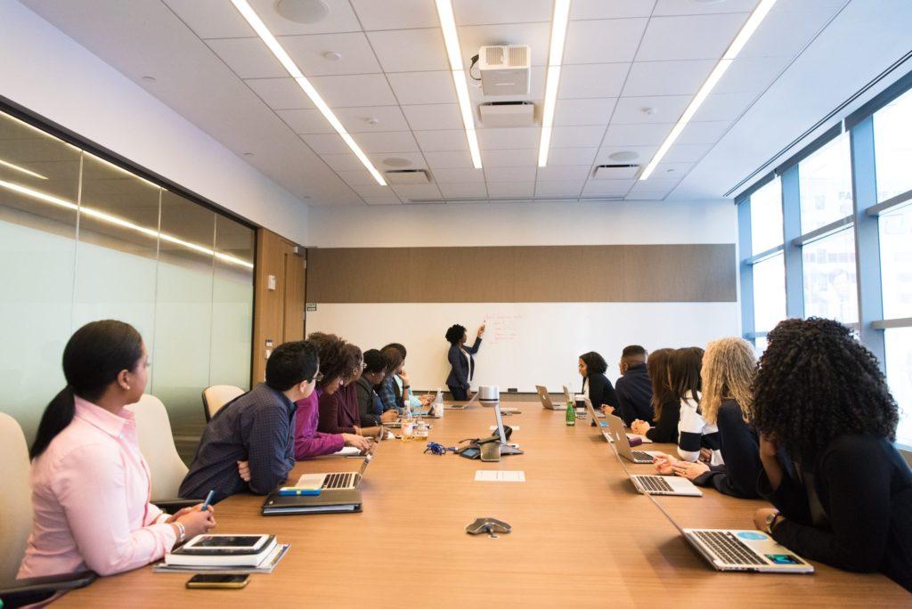 Działania rozwojowe – na co zwracać uwagę? Pracodawcy, którzy troszczą się o rozwój swoich pracowników, mogą korzystać z różnych pomocy. Działania rozwojowe polegają na stworzeniu specjalnego środowiska dla pracowników, które da im możliwość doskonalenia kompetencji i umiejętności, a także sukcesywnego budowania ścieżki zadowalającej kariery. Działania rozwojowe nie polegają wyłącznie na wysyłaniu pracowników na szkolenia, choć nie da się ukryć, że odgrywają one pewną istotną, pozytywną rolę. Każdy pracownik, który dostaje możliwość dalszego rozwoju, a nie tkwi w jednym punkcie, jest znacznie bardziej zadowolony ze swojej pracy, a przy tym bardziej efektywny. Ważne jest więc, by będąc pracodawcą, zwracać uwagę na takie rzeczy i nie zamykać swoich pracowników w hermetycznych posadach, tarasując jednocześnie drogę do pozyskiwania wiedzy i doszkalania. Czy szkolenia to dobry sposób na zdobycie dodatkowej wiedzy? Jednym ze sposobów na to, by pracownik pozyskał nową wiedzę oraz posiadł konkretne umiejętności, są szkolenia. Na rynku znajdziemy wiele przeróżnych szkoleń, które są ściśle dostosowywane do konkretnych branż. Przykładem tego są szkolenia dla administracji publicznej, które podnoszą kompetencje osób zajmujących tego typu stanowiska. Szkolenia dla administracji publicznej mogą obejmować najróżniejsze tematy: od administracyjnych kar pieniężnych, poprzez petycje, skargi, wnioski, aż po ochronę danych osobowych i RODO w organizacjach. Innym typem szczególnie przydatnych szkoleń, jest nauka skutecznego komunikowania się w grupie czy szkolenia dotyczące budowania twórczych skojarzeń. Można natrafić także na wykłady z zakresu rozwiązywania konfliktów różnego rodzaju, głównie tych interpersonalnych, a przy okazji można nauczyć się, jak radzić sobie ze stresem i wypaleniem zawodowym. Korzyści płynące z dbałości o każdego pracownika Być może część pracodawców będzie zadawała sobie wciąż pytanie, po co doszkalać swoich pracowników. Znacznie lepsze umiejętności i wiedza b