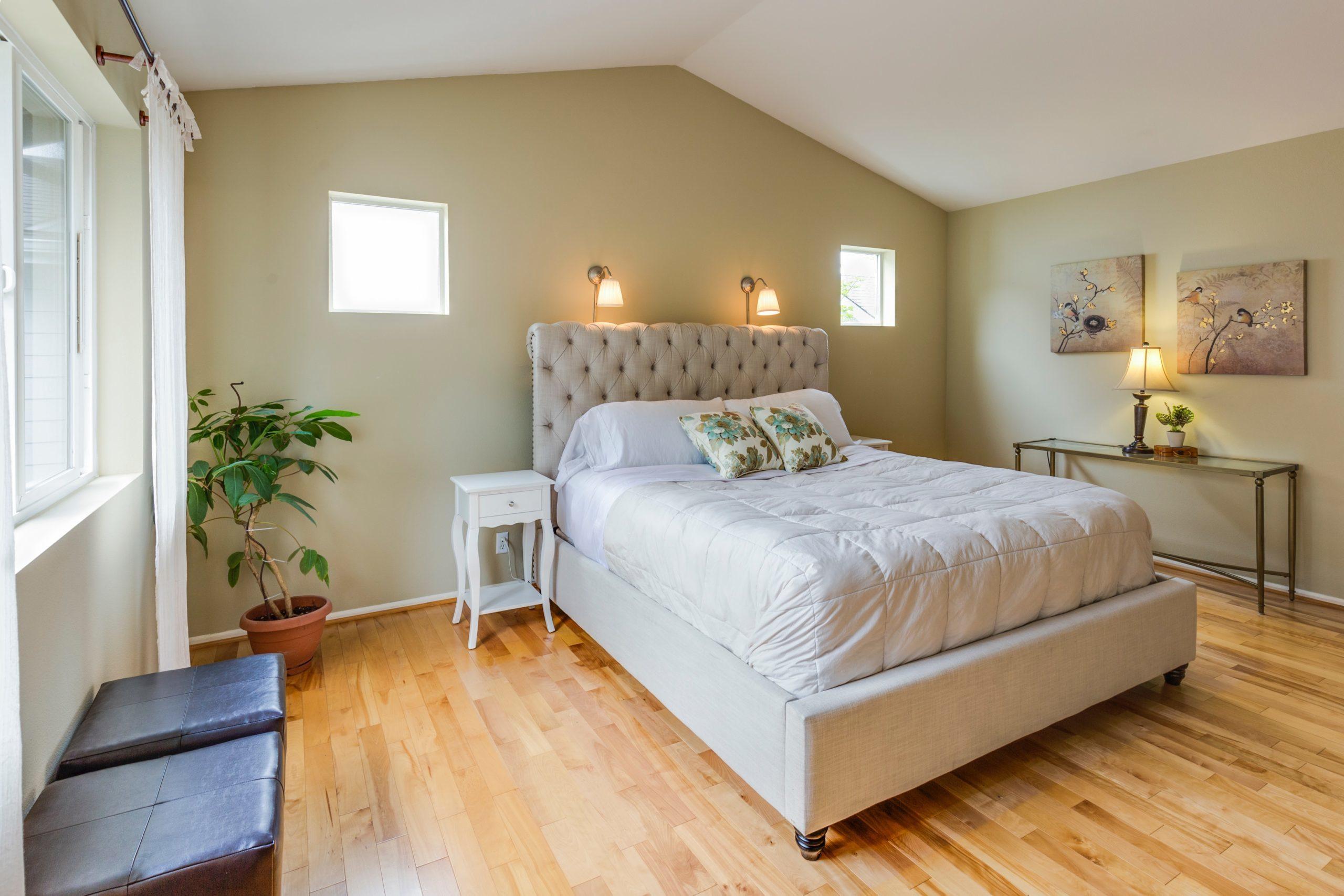 Jak wybrać łóżko małżeńskie do małej sypialni?