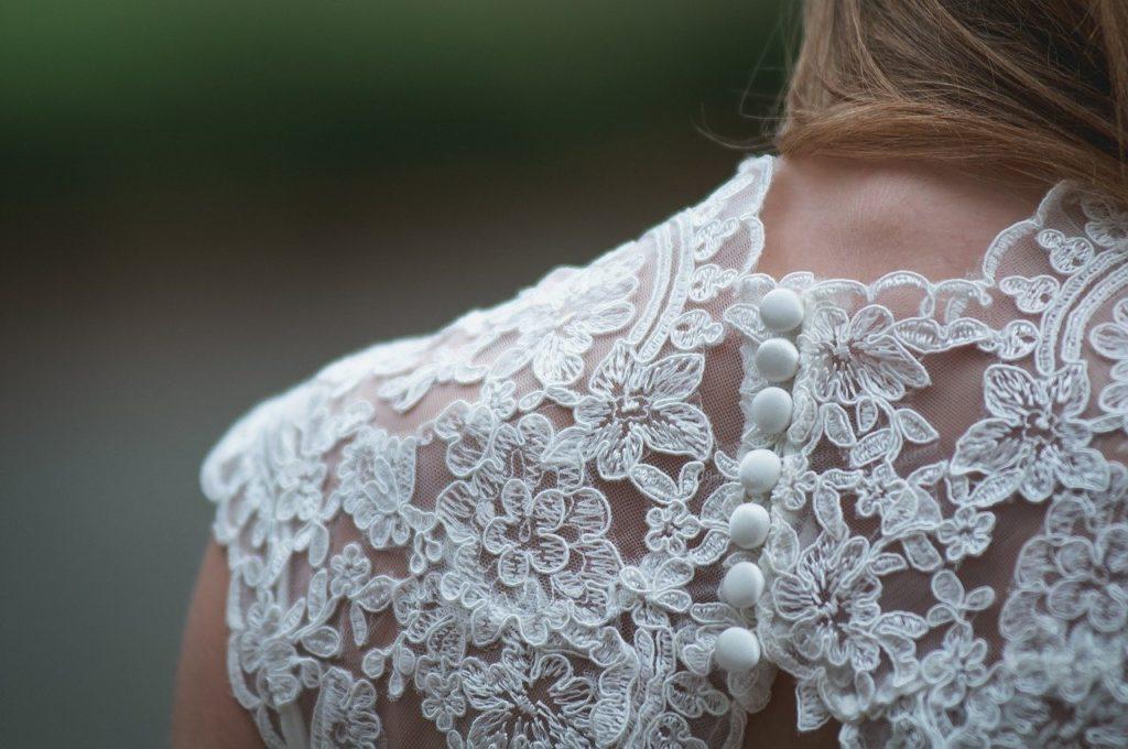 Haftowana sukienka – zwiewność i elegancja